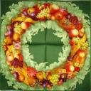 фруктовый венок на зеленом