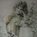 девочка с веткой яблони